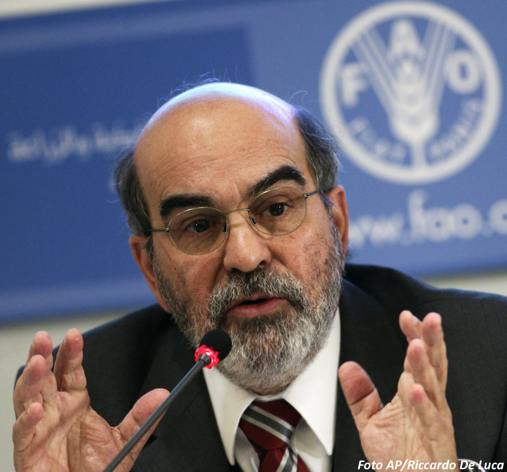 José Graziano da Silva,  director-general of the United Nations Food and Agriculture Organization addresses a crowd. Photo credit: idealmt.com.br